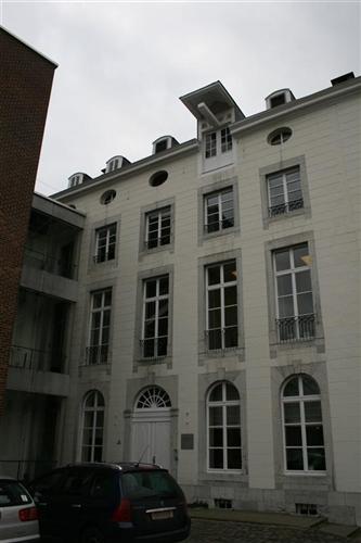 Hauptgebäude von Osten