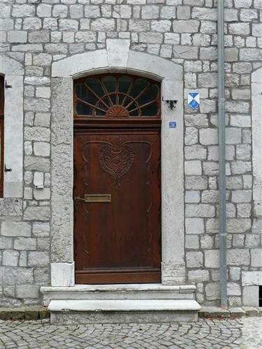 Profilierte Tür im Rocailledekor