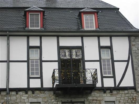 Kleiner Balkon aus Holz vorgelagert