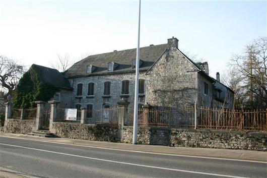 Hauptgebäude mit Seitenflügel