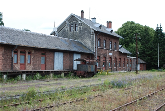 Bahnhofsgebäude mit Güterschuppen und Laderampe