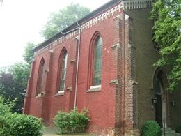 Evangelische Kirche (Kirche St. Johannes) mit Pfarrhaus und Friedhof
