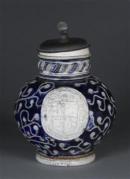 Graublauer Wappenkrug mit floralem Muster