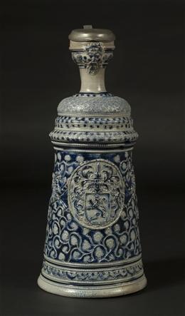 Kegelförmige Kanne mit Rankenornamentik und Wappen
