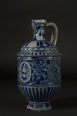Graublaue Kanne mit Wappen von Bicken
