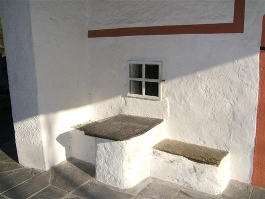 Tisch mit zwei Sitzbänken