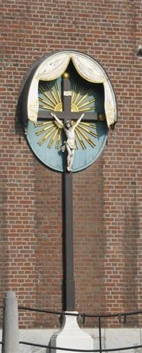 Südwand außen: Christus am Kreuz