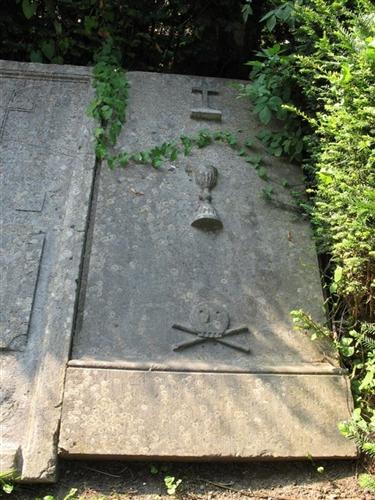 Grabplatte eines Priesters