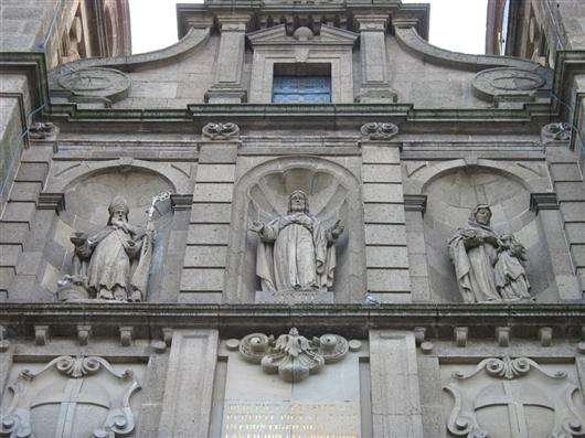 Frontgiebel mit Statuennischen
