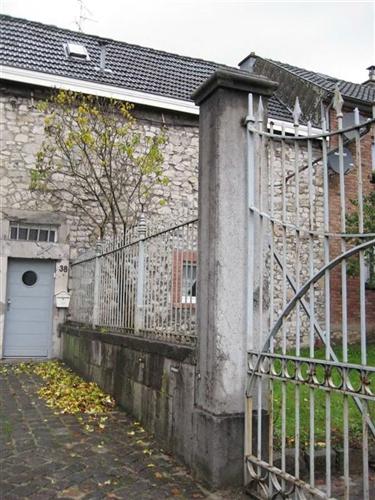 Blausteinmauer und Zaun, Vorgarten