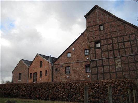 Giebelfassade mit dahinter liegenden Bauten