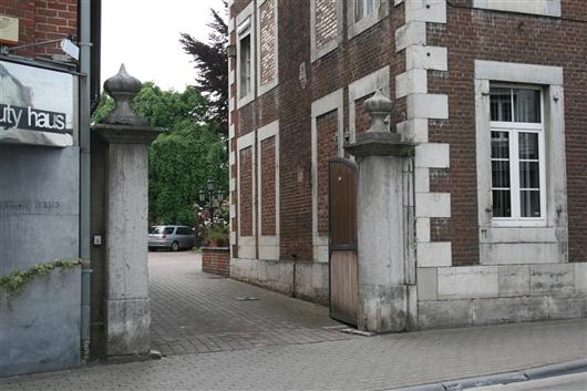 Eingangstor mit Blausteinpfeilern