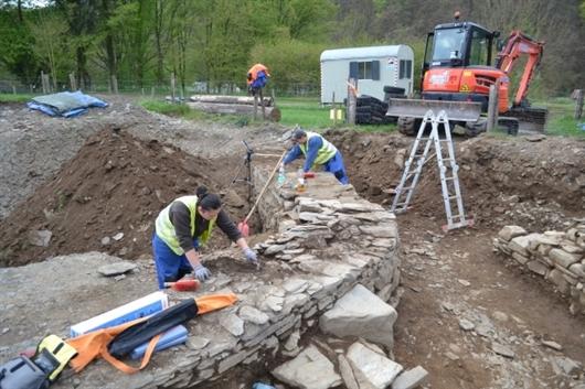 Grabungsarbeit im unteren Bereich der Burg