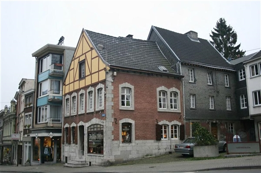 Längsfassade zu kleiner Platzfläche