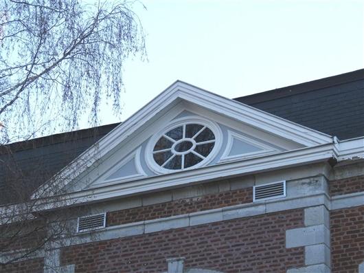Dreiecksgiebel mit ovalem Fenster