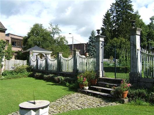 Trennmauer zwischen zwei Gartenebenen