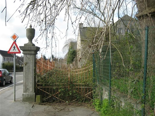 Außenmauer mit Gitter nach Osten