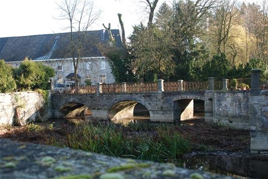Brücke mit Wassergraben