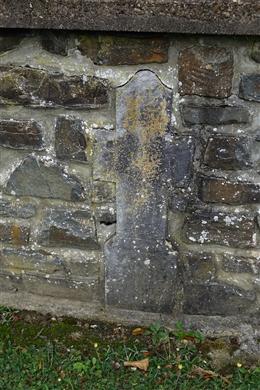 11 historische Grabkreuze in der Mauer um die Kapelle