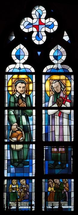 Glasfenster mit Hl. Vinzenz von Paul und Hl. Johannes der Täufer Vianney, nördl. Seitenschiff, Kirche St. Josef, Eupen